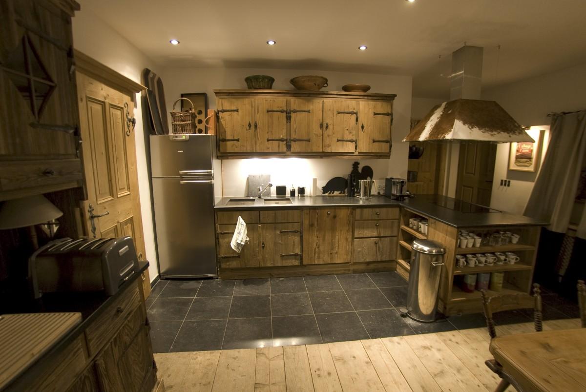 Kücheneinrichtung aus sonnenverbranntem Holz,alte Beschläge